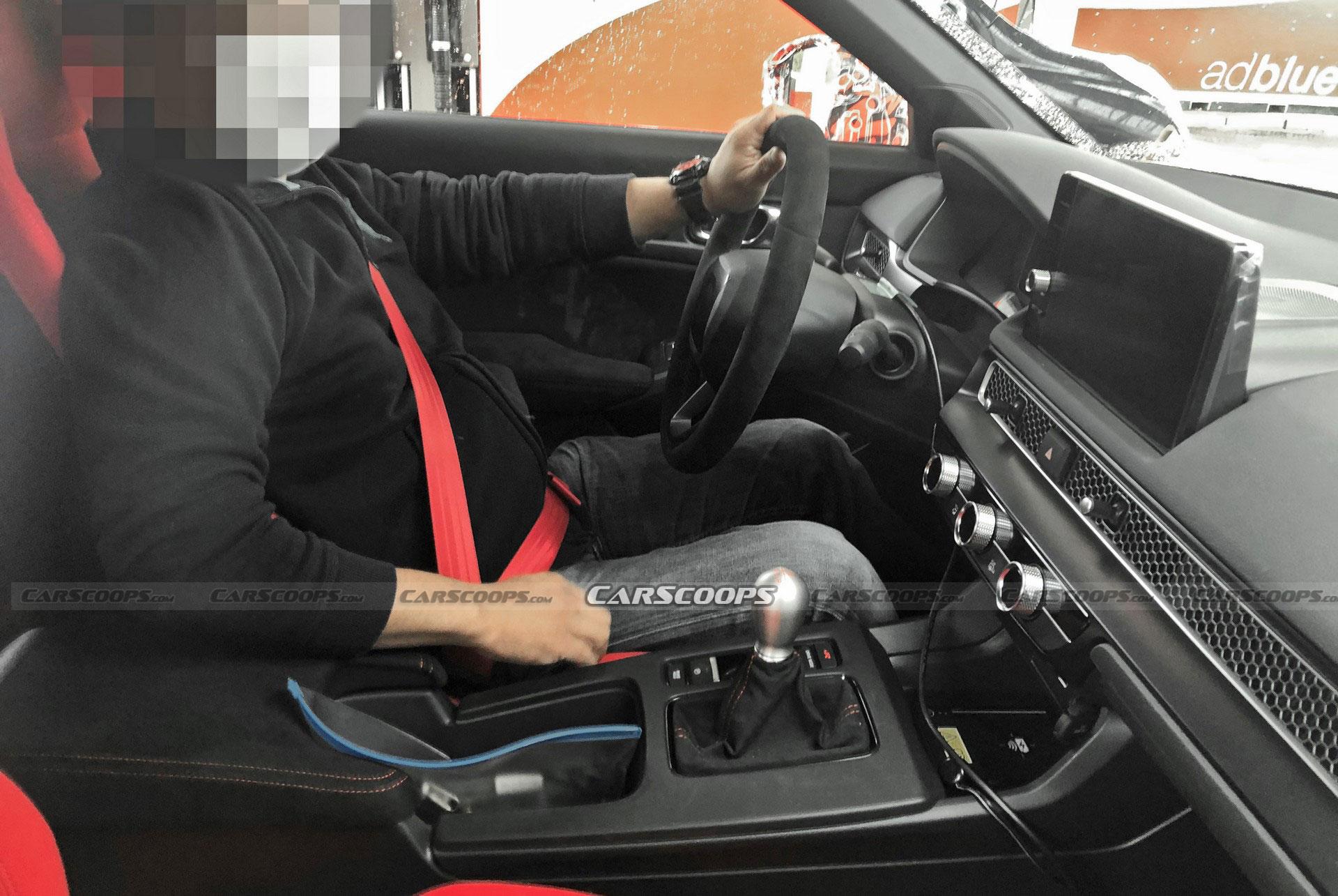 Шпионы впервые засняли интерьер «горячего хэтчбека» Honda Civic Type R нового поколения, дебют которого ещё не состоялся. Судя по фотографиям, автомобиль получит отделку из алькантары и сиденья с развитой боковой поддержкой и интегрированными подголовниками.