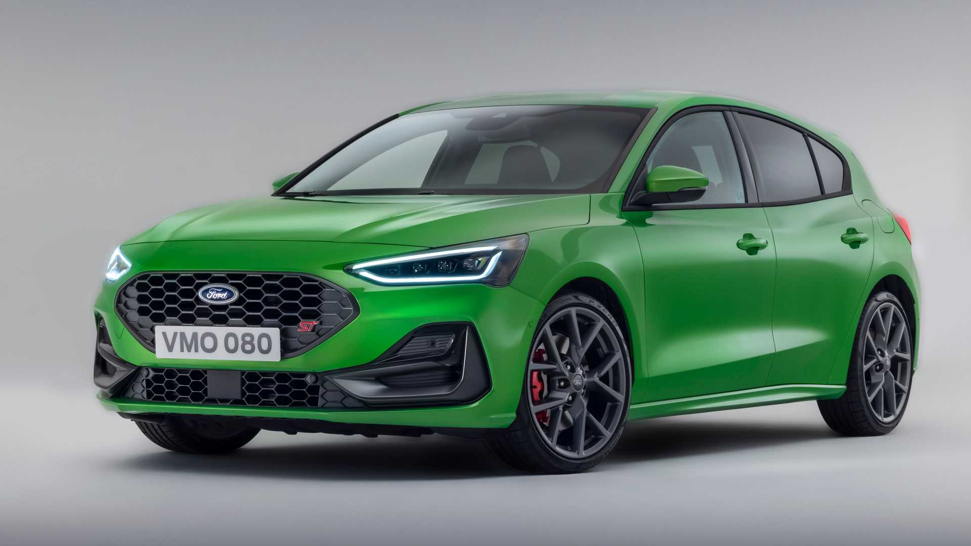 Ford Europe has revealed a facelift version of its Focus bestseller, complete with major exterior changes and a new transmission option.