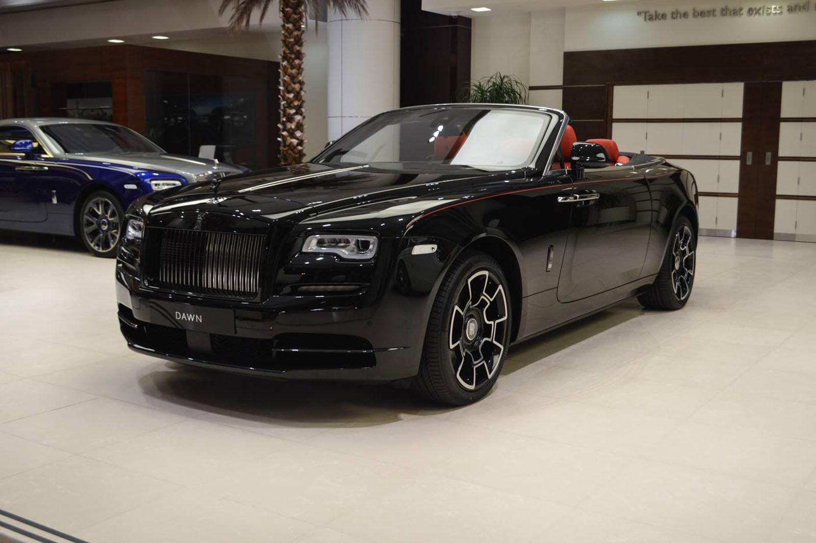 Посетители крупнейшего дилерского центра Rolls-Royce Abu Dhabi могут полюбоваться на выставленный на продажу экземпляр уникального кабриолета Rolls-Royce Dawn