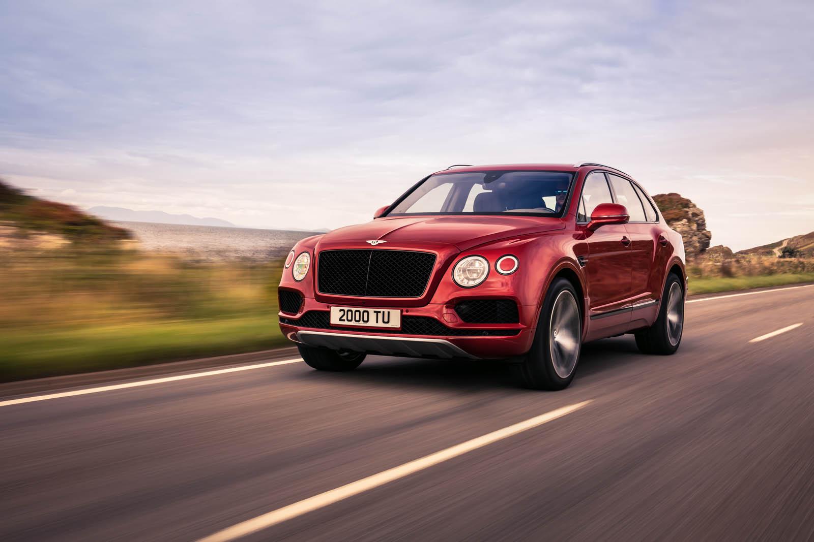 Британский автопроизводитель люксовых автомобилей Bentley Motors официально презентовал роскошный внедорожник Bentley Bentayga с бензиновым силовым агрегатом