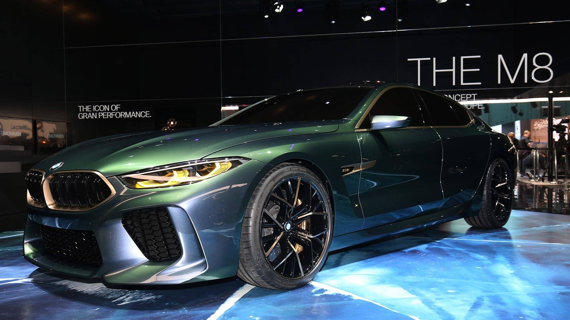 The car changes colors like a chameleon and should reach production next year, although prices remain unknown