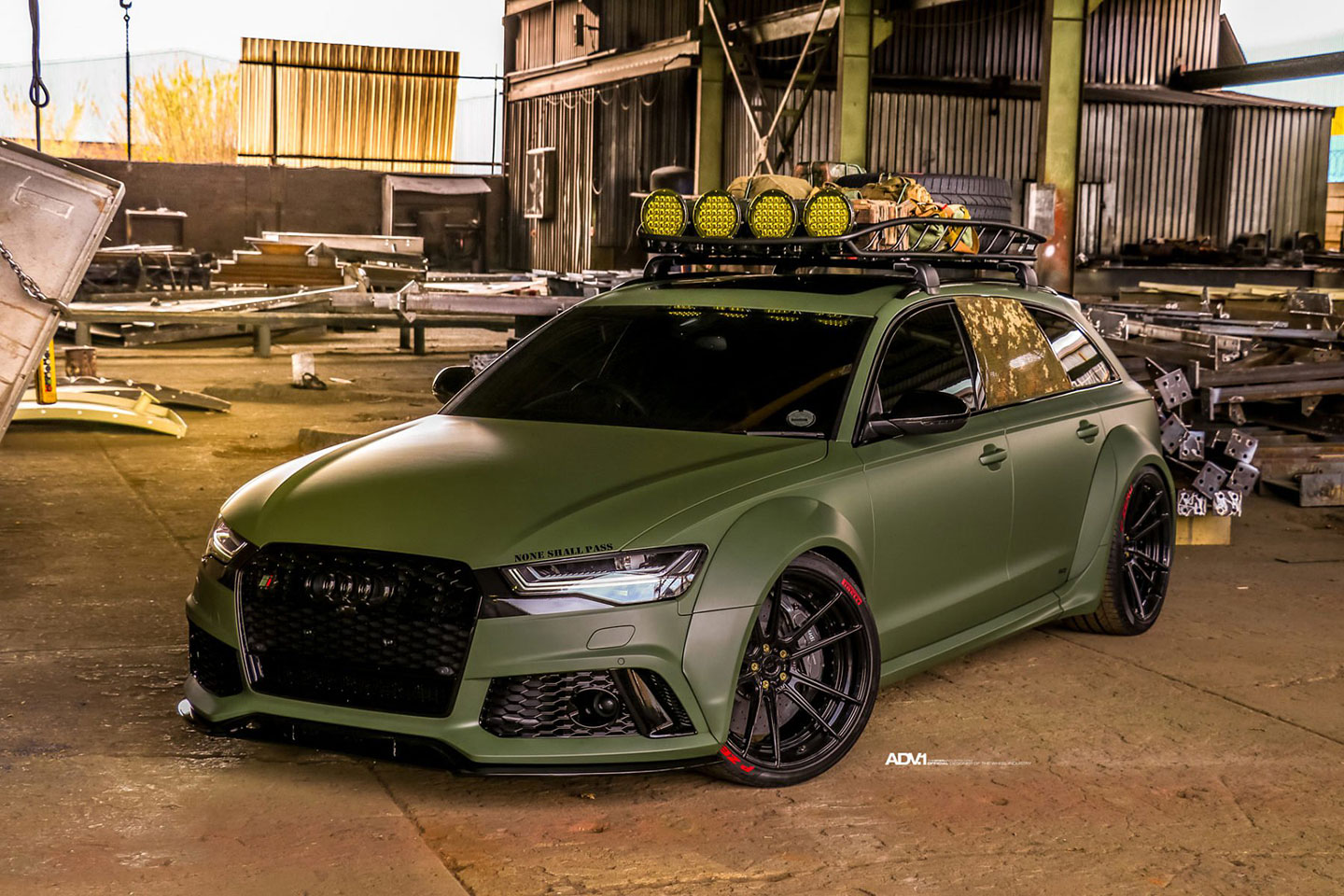 Race! painted the car body matte green that looks perfect together with the new large-diameter ADV.1 wheels